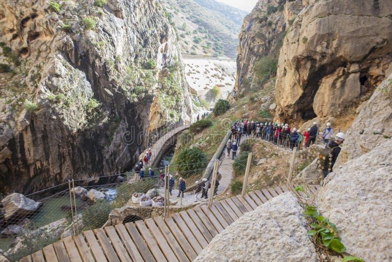 Le guide montre aux visiteurs la gorge du Gaitanes photos stock