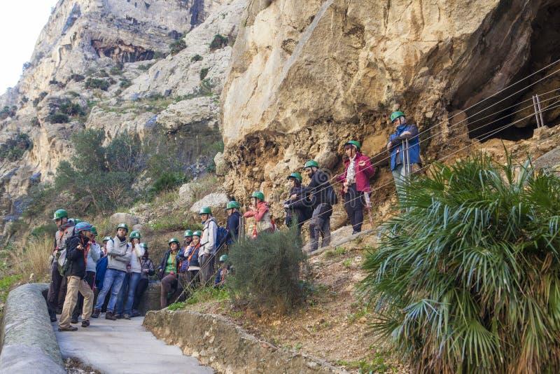 Le guide montre aux visiteurs le chemin de Caminito del Rey, Malaga, Spai photos libres de droits