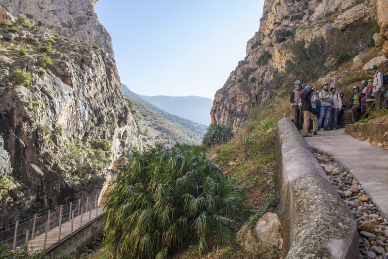 Le guide montre aux visiteurs le chemin de Caminito del Rey, Malaga, Spai image libre de droits