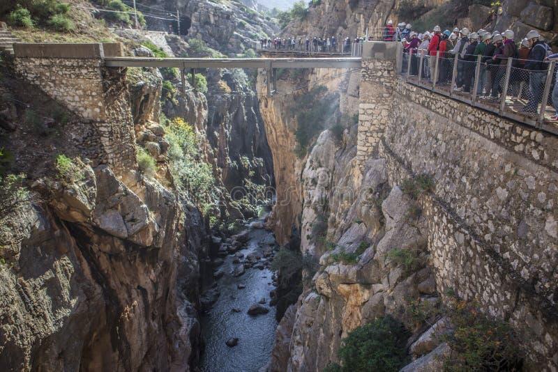 Le guide montre aux visiteurs le chemin de Caminito del Rey, Malaga, Spai photo libre de droits