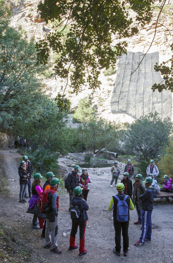 Le guide montre aux visiteurs le chemin de Caminito del Rey, Malaga, Spai photographie stock