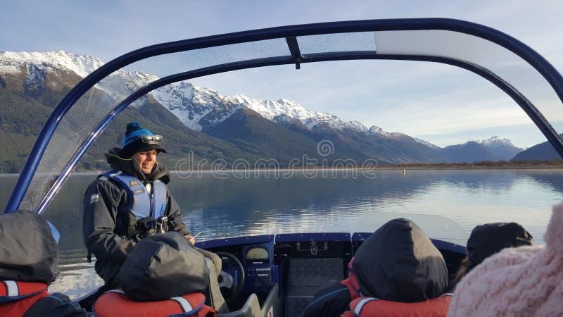 Le guide touristique de Jetboat présentent le paysage renversant de la rivière de dard photos libres de droits