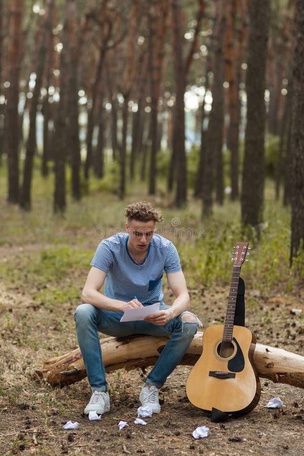 Le guitariste inspiré crée la nature augmentant le concept photos libres de droits