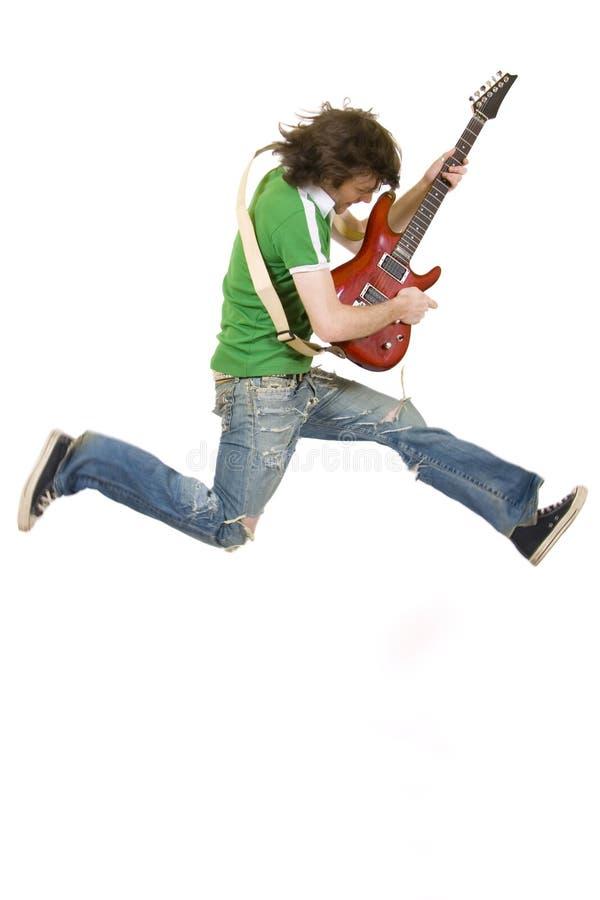 Le guitariste passionné saute images libres de droits
