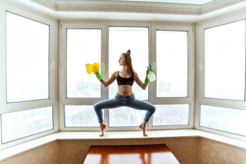 Le gymnaste lave les fenêtres image libre de droits