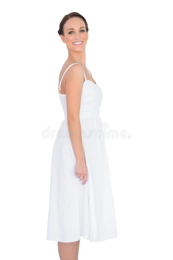 Le härligt barn modellera i vitt posera för klänning royaltyfri foto