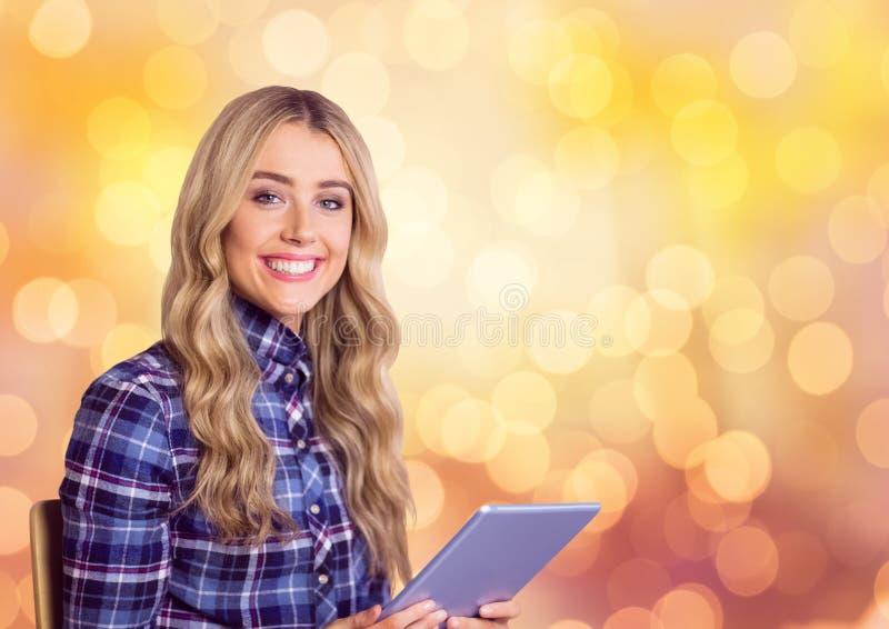 Le hållande minnestavlaPC för affärskvinna mot bokeh arkivfoton