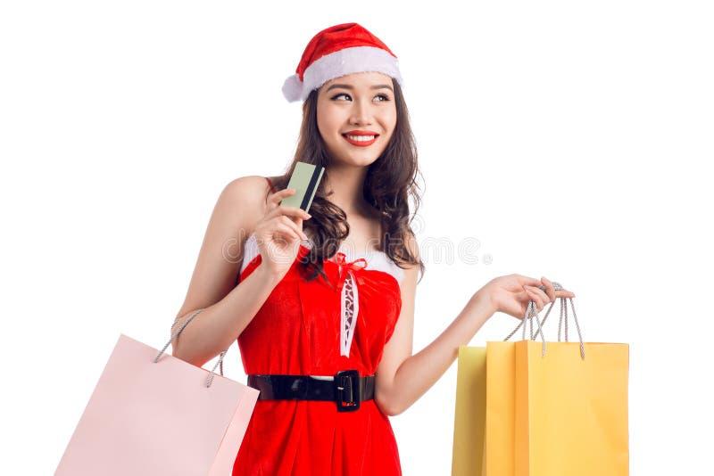 Le hållande shoppingpåsar för kvinna för jul som visar cre arkivbilder