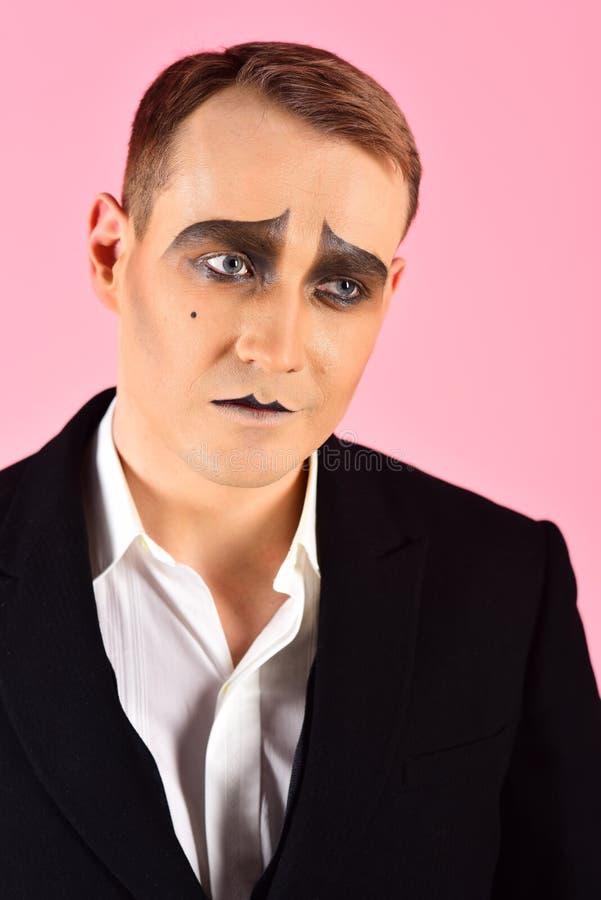 Le hacen para ser actor El hombre con imita maquillaje r Imite imitar del actor de Theatre del artista Actor de etapa imagenes de archivo
