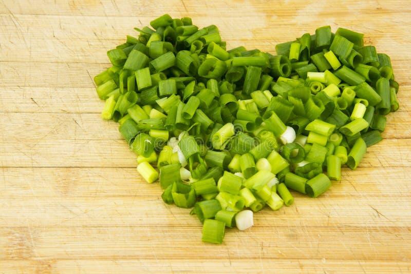 Le hachoir de cuisine, placé avec le coeur de pendule d'échalote images stock