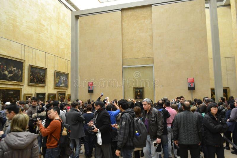 Le hall dans le Louvre avec Mona Lisa photographie stock