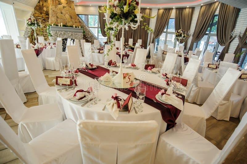 Le hall de banquet avec les tables rondes photo stock