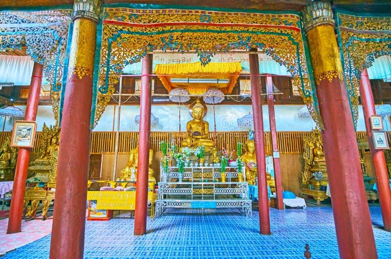 Le hall de prière du monastère de teakwood dans Pindaya, Myanmar photo libre de droits