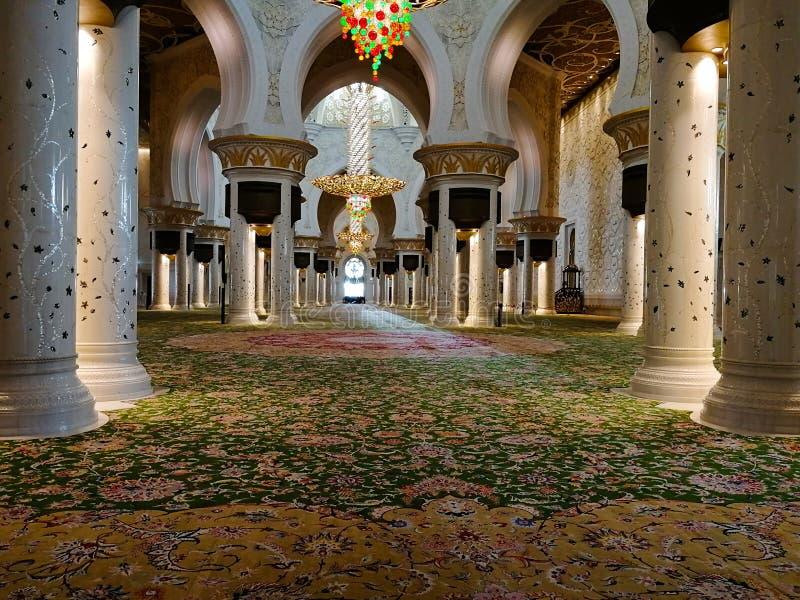 Le hall de pri?re de la mosqu?e d'Abu Dhabi Sheikh Zayed Binsultan Nahyan images libres de droits