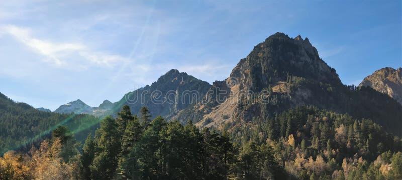 Le halo de la lumière et les vues de montagnes images libres de droits