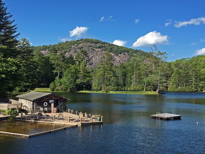 Le hangar à bateaux et la plongée s'accouplent sur le lac de montagne en Caroline du Nord image libre de droits