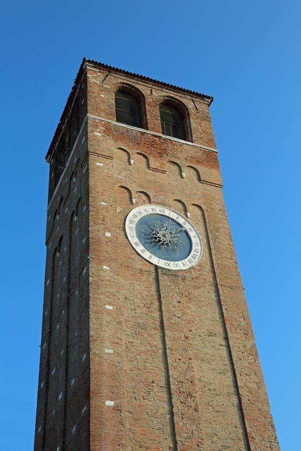 Le haut d'horloge de tour centre ville dedans de l'île de Chioggia près de Venise dedans I image libre de droits