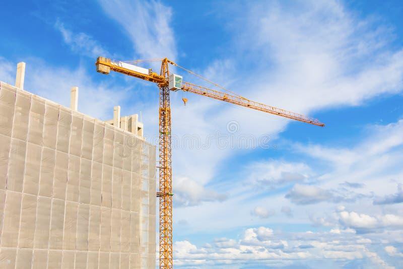 le haut grand chantier de construction développent dedans le fonctionnement de grue à ville et à tour photo stock