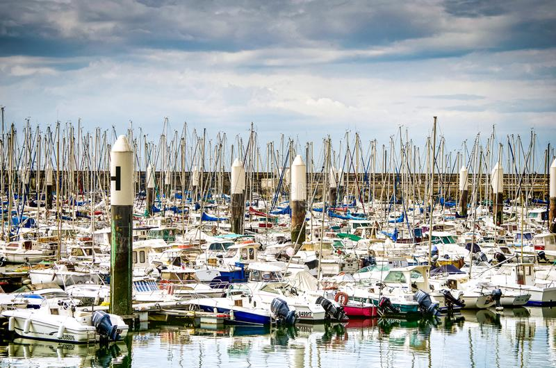 Le Havre, França - 29 de junho de 2012 Porto para iate pequenos no porto famoso em Normandy fotos de stock