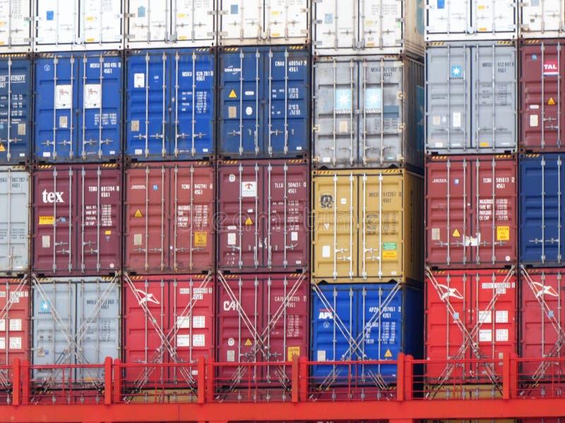 Le Havre, Francia - 28 giugno 2019 visualizzazione del primo piano dei container variopinti impilati ad un terminale nella porta  fotografia stock