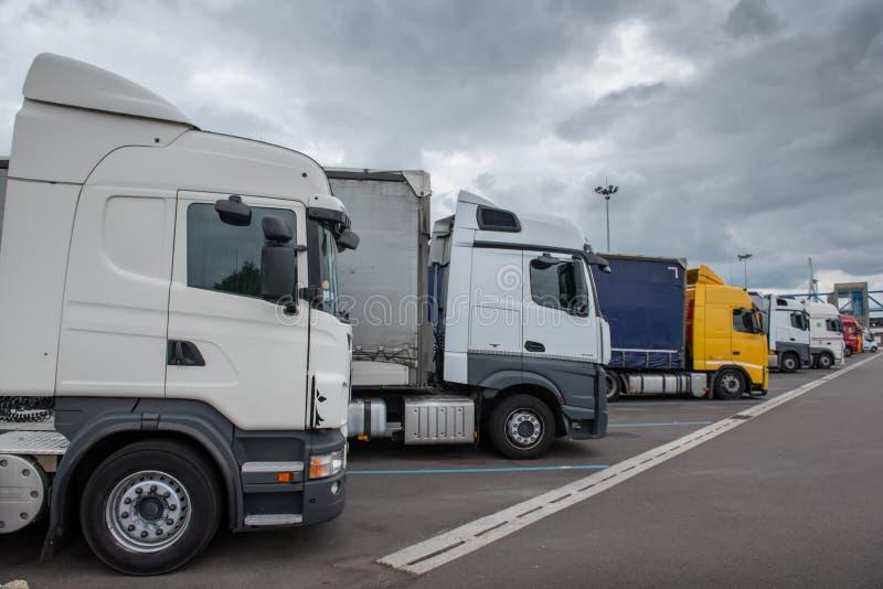 Le Havre, Francia - 4 maggio 2018: Camion parcheggiati su una fermata di resto fotografia stock