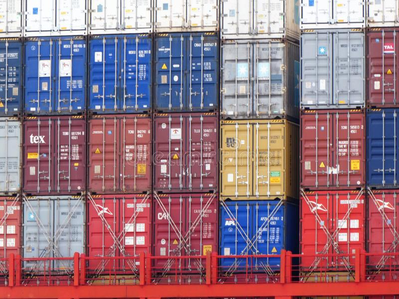 Le Havre Francja, Czerwiec, - 28, 2019 w górę widoku kolorowi kontenery brogujący przy śmiertelnie w morskim porcie Le zdjęcie stock