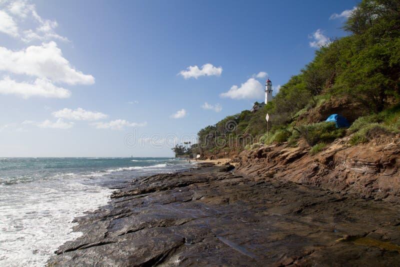 Le Hawai Lava Rock Beach con il faro immagini stock