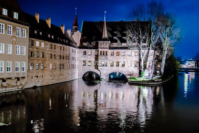 Le Heilig-Geist-Spital la nuit à Nuremberg, Allemagne images stock