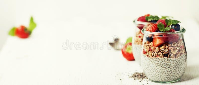 Le hia de ¡ de Ð sème le pudding et les baies de vanille sur le backgr rustique en bois images libres de droits