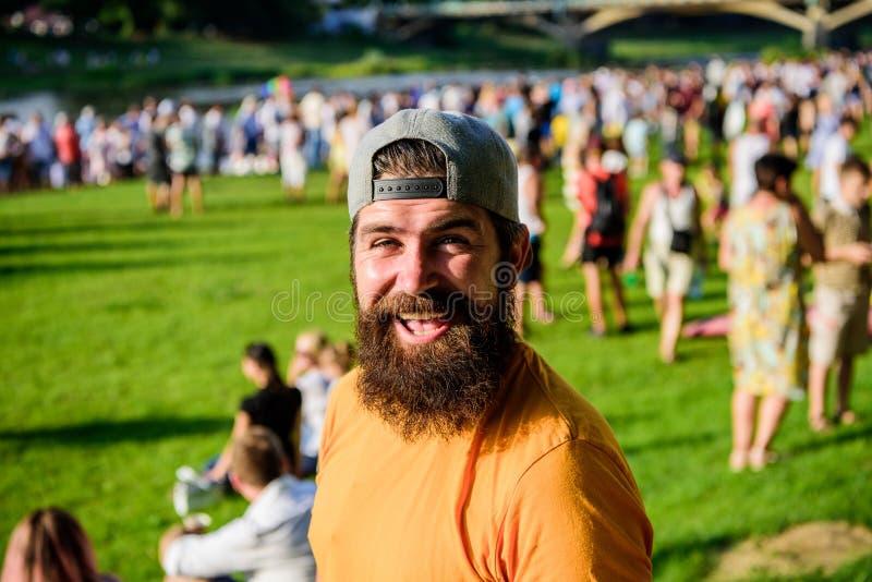 Le hippie dans le chapeau heureux c?l?brent le fest ou le festival d'?v?nement Hippie barbu d'homme devant la foule Concert d'air photographie stock