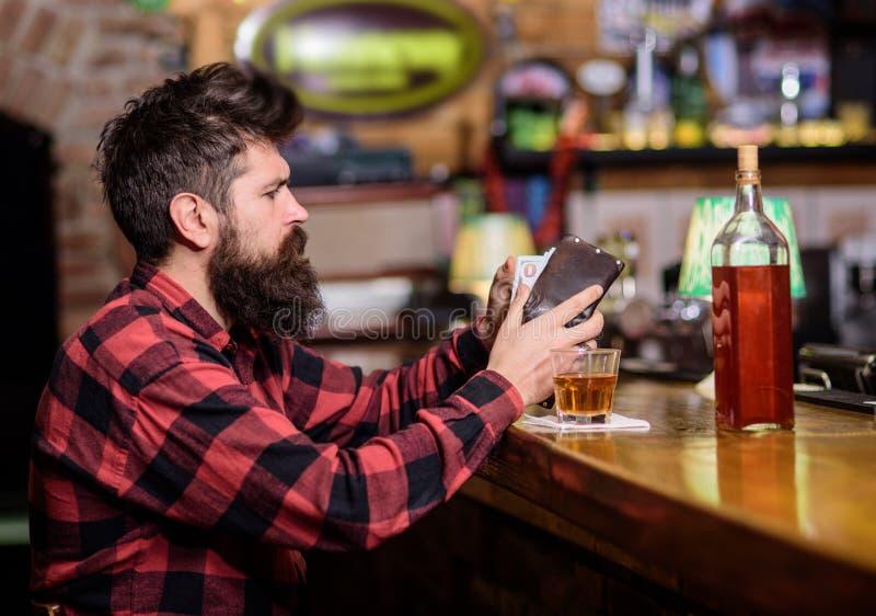 Le hippie tient le portefeuille, comptant l'argent pour acheter des boissons photographie stock libre de droits