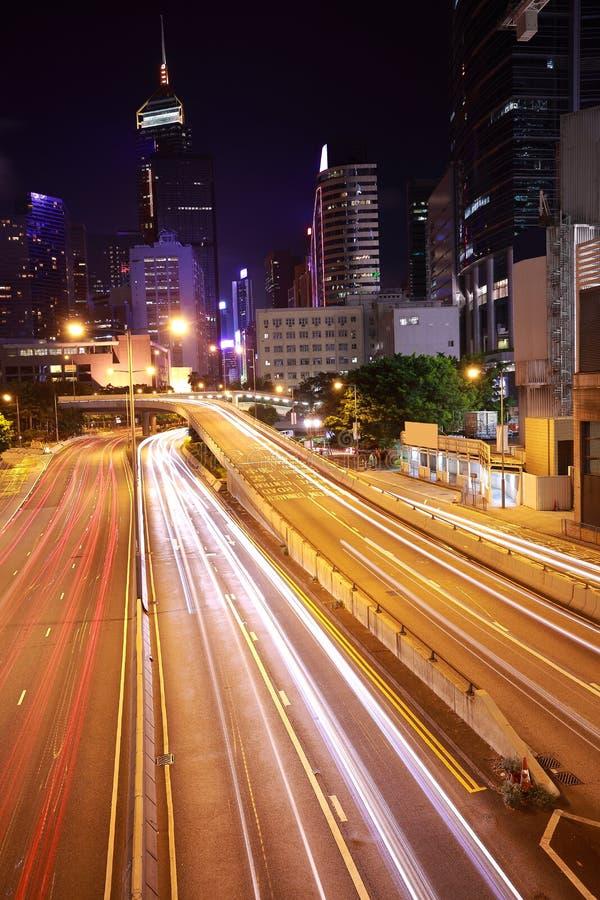 Le HK de la voiture de ville avec les traînées légères des bâtiments urbains modernes photos libres de droits