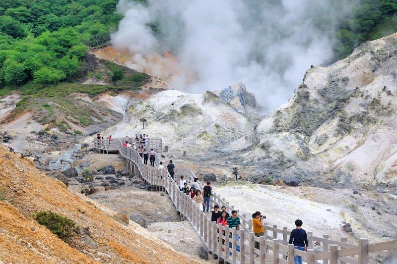 Le Hokkaido, Japon - 13 juillet 2018 : Toke de beaucoup de touristes une vallée célèbre d'enfer de Noboribetsu Jigokudani de semb images libres de droits