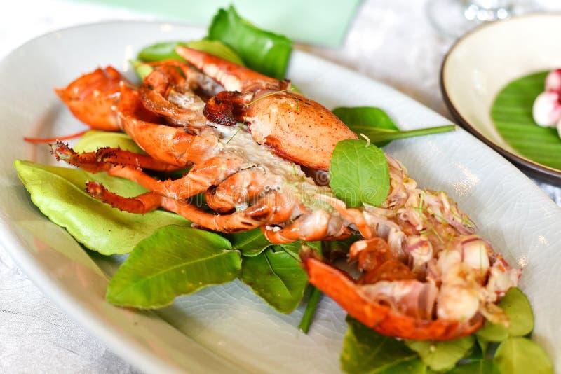 Le homard a cuit à la vapeur avec l'herbe asiatique, nourriture à cuire thaïlandaise de fusion de style photographie stock