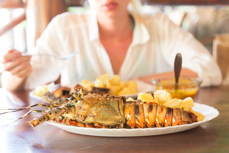Le homard grillé a servi avec les pommes de terre et la sauce à noix de coco photographie stock