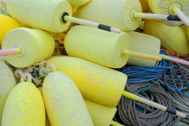 Le homard jaune de mousse flotte sur les cordes là en nylon utilisées dans t photo libre de droits