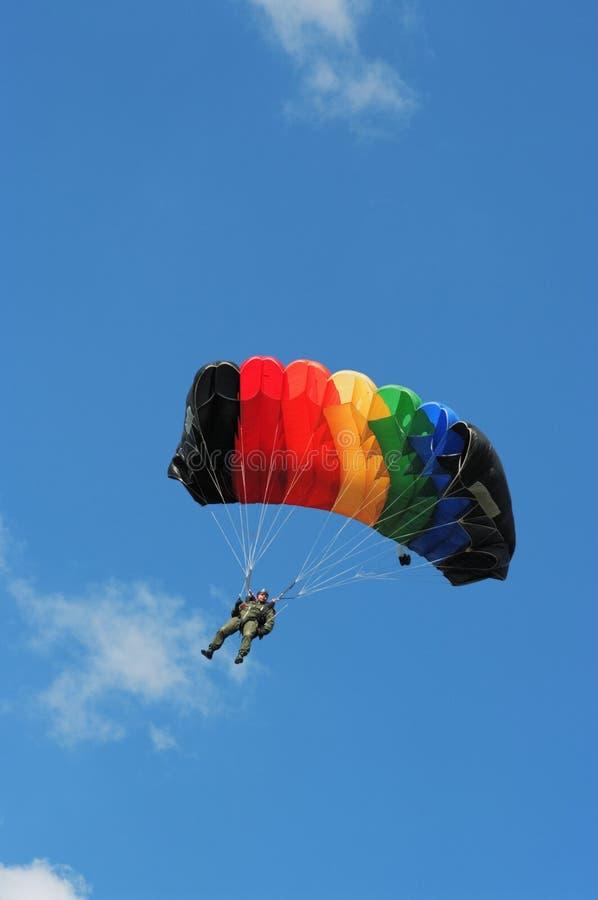 Le homme-parachutiste sous le parachute photo libre de droits