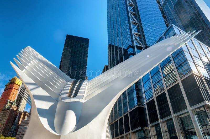 Le hub de transport de World Trade Center est une grande station de transit pour le service de rail de CHEMIN et images libres de droits