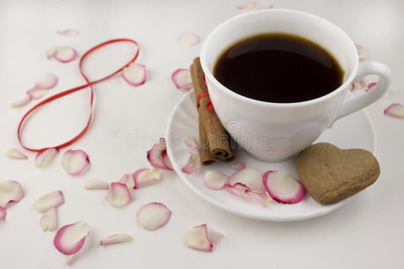 Le huitième mars, une tasse de café, chocolat de pétales de rose image libre de droits