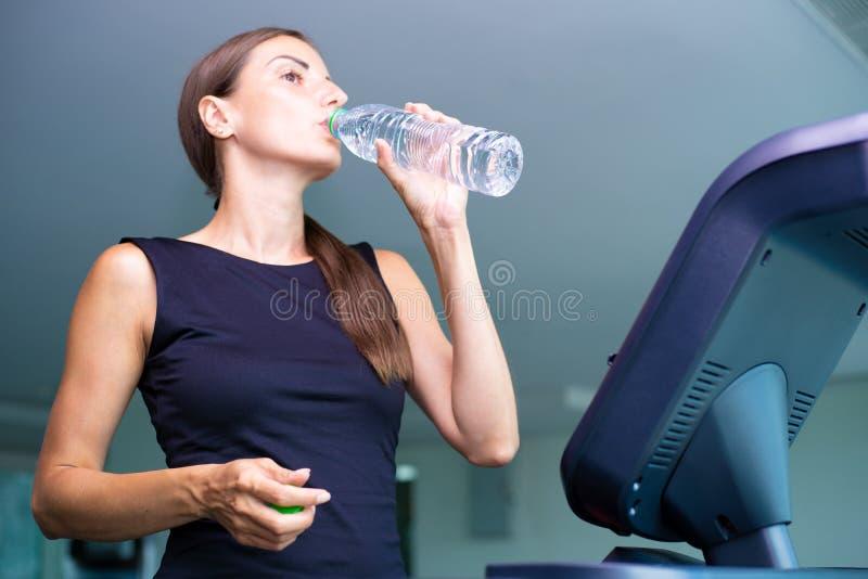 Le idrotts- kvinnadricksvatten p? en trampkvarn fotografering för bildbyråer