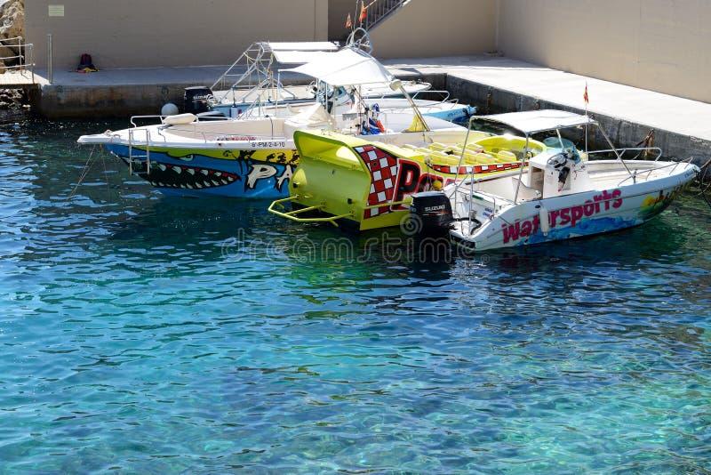 Le imbarcazioni a motore degli sport acquatici sono spiaggia vicina immagine stock libera da diritti