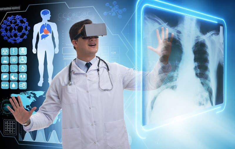 Le immagini d'esame dei raggi x di medico facendo uso dei vetri di realtà virtuale immagini stock