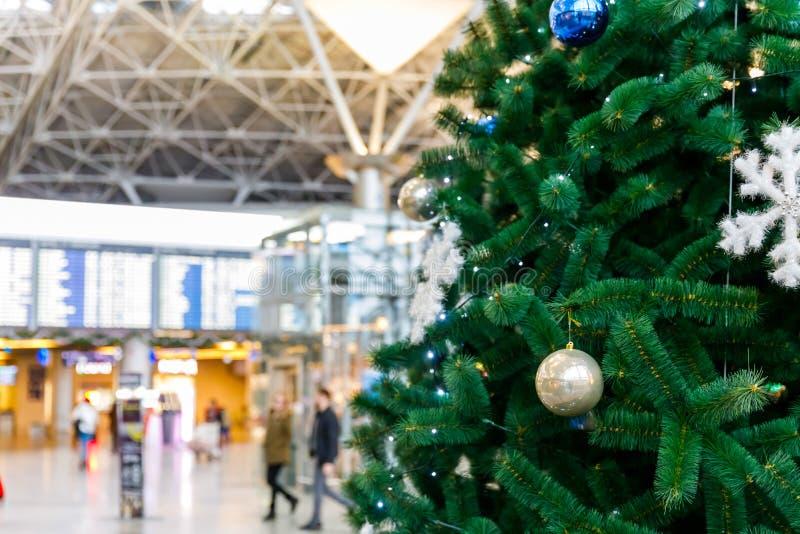 Le informazioni dell'albero di Natale nell'aeroporto e di programma di volo imbarcano immagine stock libera da diritti