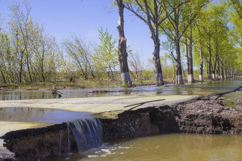 Le inondazioni hanno sommerso una via Sommergendosi su una strada fotografia stock libera da diritti