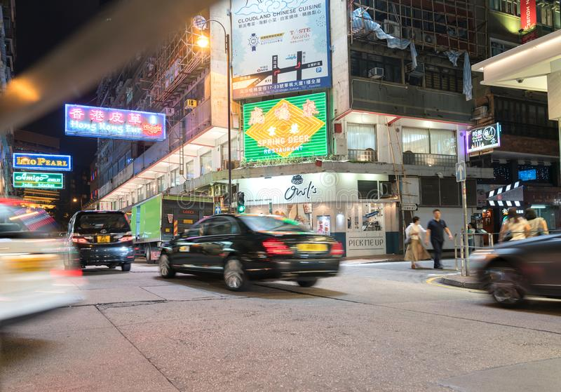 Le insegne al neon luminose dominano nel typicall lungo di scena di notte dell'esposizione fotografia stock libera da diritti