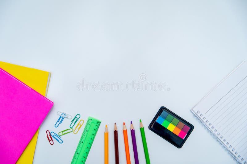 Le insegne di nuovo ai libri di scuola disegnano a matita la scrittura a taccuino fisso del fondo bianco bordo bianco fotografie stock