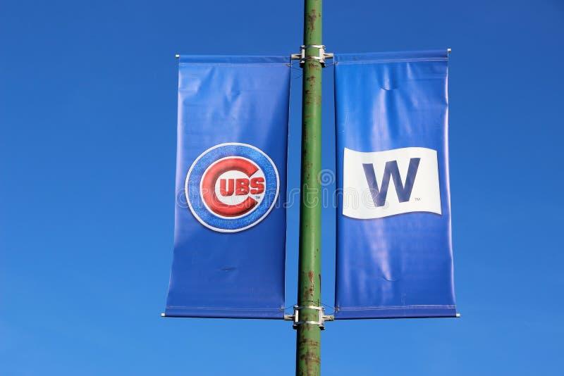 Le insegne volano al campo di Wrigley, Chicago dopo che il campionato di baseball dei cuccioli vince immagini stock libere da diritti