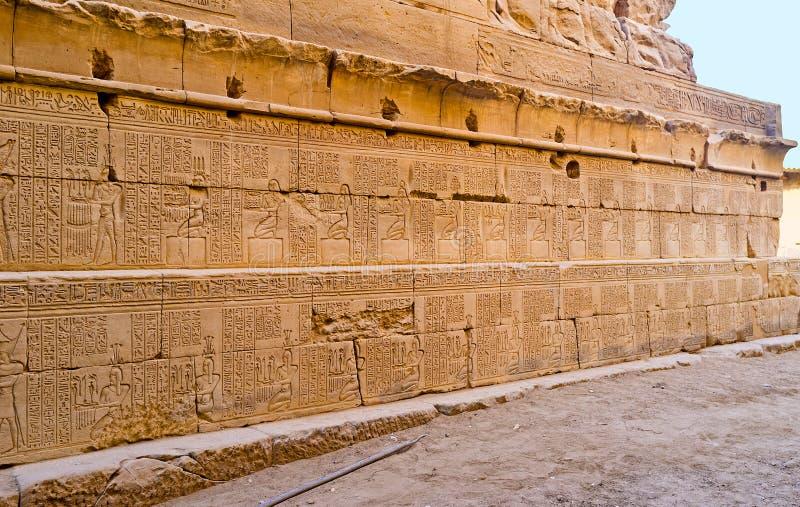 Le iscrizioni antiche in tempio di Khonsu fotografie stock