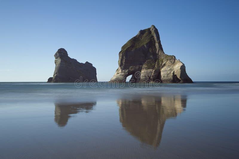Le isole dell'arco si avvicinano alla spiaggia di Wharariki, Nuova Zelanda fotografie stock libere da diritti