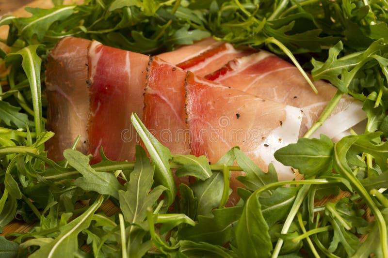 Le jambon européen a appelé le point avec de la salade verte images libres de droits